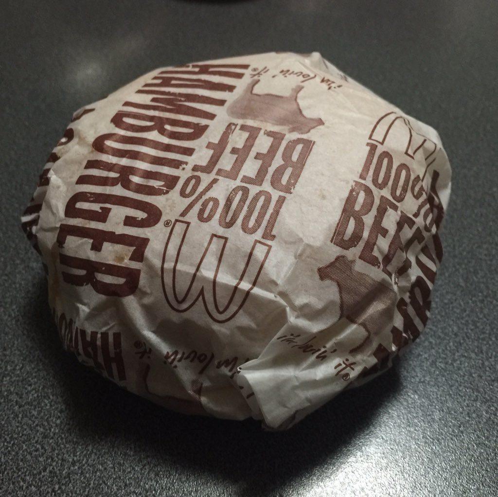 電子レンジでマクドナルドのハンバーガーをあたためる